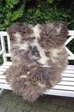 V05P59, 118x75cm, langharig schapenvacht, gevlekt.