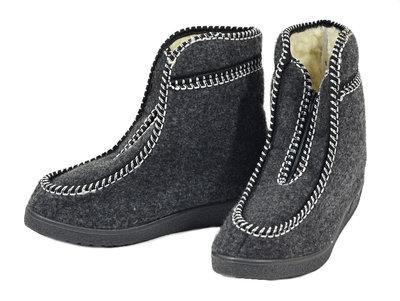 Pantoffels, wollen binnenzijde met rits, gevilte buitenzijde, rubberen zool.