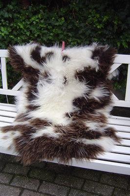 V20P56, 110x77cm, langharig schapenvacht, gevlekt.