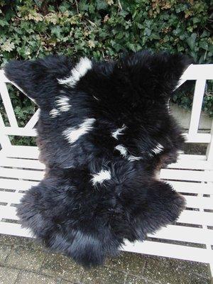 V1P63, 108x90cm, dik breed schapenvacht, gevlekt.