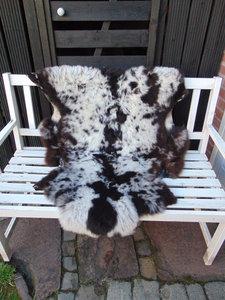 V1P74, 114x90cm,  breed schapenvacht, gevlekt.